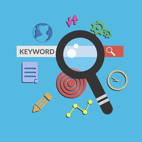 """Grafisch dargestellte Suchleiste einer Suchmaschine. In der Suchleiste steht der Begriff """"Keyword"""" (deutsch: Schlagwort). Um die Suchleiste befinden sich folgende Symbole: Weltkugel, Pfeile, Zahnräder, Uhr, Kringel, Stift, Notizheft. Die Symbole stehen bildhaft für die Suche/Recherche. Auf die Suchmaschine ist eine große Lupe gerichtet."""